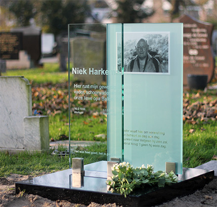Grafsteen glas Rienk Harkema
